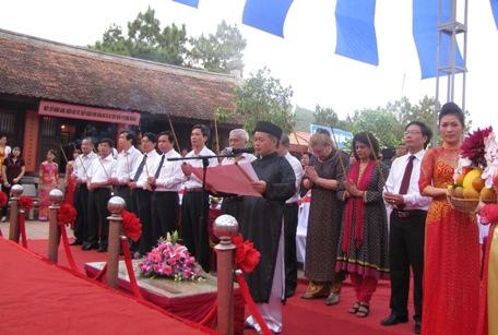 Các đại biểu làm lễ dâng hương tại Đền thờ Chu Văn An