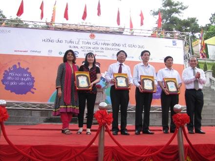 Thứ trưởng Bộ GD- ĐT Nguyễn Vinh Hiển và bà bà Pratibha Mehta, Điều phối viên Thường trú Liên Hợp Quốc tại Việt Nam trao quà lưu niệm cho UBND tỉnh và Sở GD-ĐT